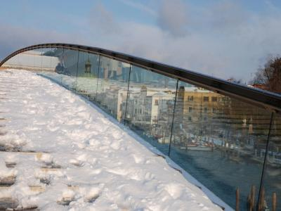 Snow-covered boardwalk above the canal: source of danger